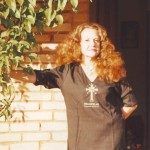 Zelinda Orlandi Hypolito em frente a Sala de Cura