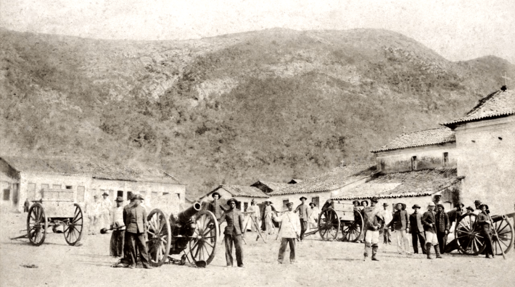 Divisão-de-Artilharia-em-Monte-Santo-e-temidas-matadeiras-canhões-Withworth-32-usados-na-última-expedição-militar-enviada-a-Canudos-1897-Flávio-de-Barros-Acervo-Museu-da-República