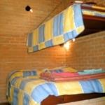 Vista interna do chalé para casal + 1 cama
