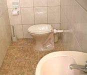 Vista interna do banheiro do chalé