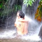 Ducha na Cachoeira de Aratron