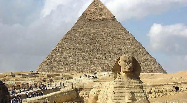Esfinge-y-Pirámides-de-Giza-El-Cairo-Egipto.-Author-Hamish2k.-Licensed-under-the-Creative-Commons-Attribution-Share-Alike-600x330