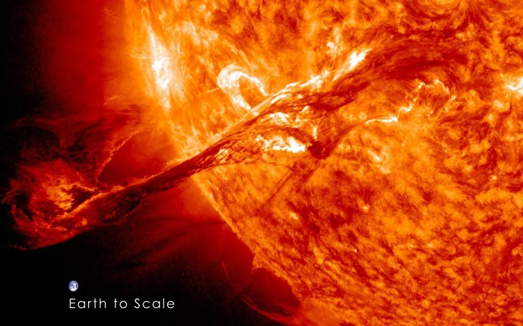 erupcao_filamento_solar_AIA304_SDO_310812_comp_Terra